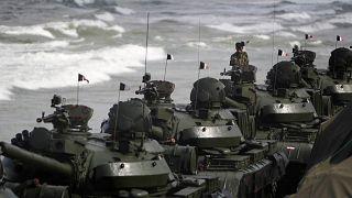 Sri Lanka ordu birlikleri 2009'da sona eren iç savaşın yıl dönümünde gösteri düzenlerken