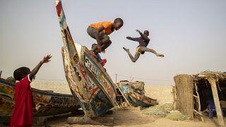 ARCHÍV: gyerekek ugrálnak halászhajókon Yenne Todd településen (2019. február)