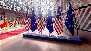 Imagen de banderas europeas y estadounidenses en el interior del edificio de la Comisión Europea, en Bruselas