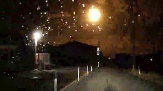 نيزك مشتعل بشكل لامع فوق طريق في محافظة توكوشيما في جنوب غرب اليابان