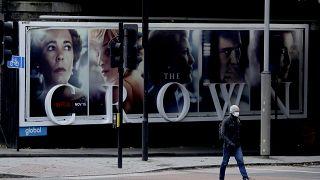 """لوحة إعلانية في لندن لمسلسل """"ذي كراون"""" من إعداد وكتابة بيتر مورغان"""