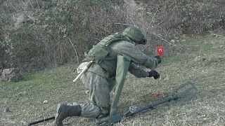 Rus barış gücü askerleri Dağlık-Karabağ'daki mayınları temizliyor