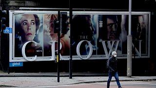 لوحة إعلانية للمسلسل  The Crown، لندن، 20 نوفمبر 2020