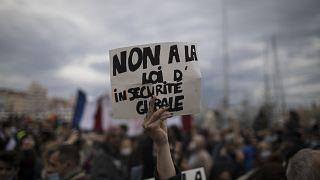 """""""Nein zum Sicherheitsgesetz"""": Protest in Frankreich."""