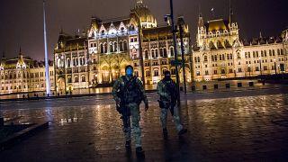 A Terrorelhárítási Központ (TEK) munkatársai járőröznek Budapesten, a Kossuth téren 2020. november 12-én, késő este.