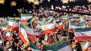 """أعضاء """"مجاهدي خلق""""  خلال مؤتمر """"120 عامًا من النضال من أجل حرية إيران"""" في معسكر أشرف 3، وهو قاعدة للمنظمة في مدينة مانزا بألبانيا، 13 تموز / يوليو 2019"""