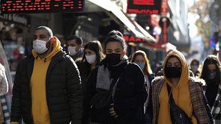 Menschen mit Maske in Ankara.