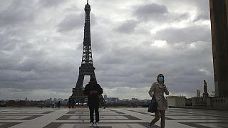 Turist kalabalığı ile bilinen Paris'in ünlü Eyfel Kulesi son dönemlerin en tenha günlerini yaşıyor.