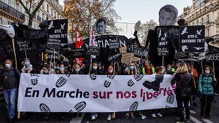 Átírják az új francia nemzetbiztonsági törvény rendőröket védő cikkelyét