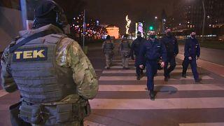 Militär und Polizei überwachen die strenge Ausgangssperre in Budapest
