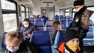 Полиция следит за соблюдением масочного режима в общественном транспорте в Москве