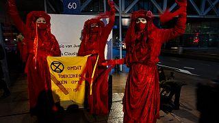 متظاهرون مدافعون عن البيئة أمام مبنى المحكمة في لاهاي. هولندا ـ 2020/12/01,
