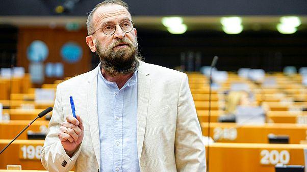 Político húngaro József Szájer admitiu que estava na orgia gay. (Foto: Reprodução / Euronews)