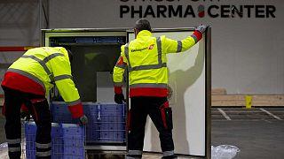 """Trasportatori addetti alla """"catena del freddo"""" per la manipolazione di medicinali e vaccini allo Swissport Pharma Center di Machelen, Belgio"""