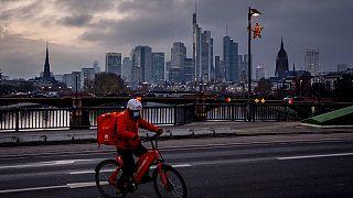 Lieferdienst auf dem Fahrrad mit Maske in Frankfurt