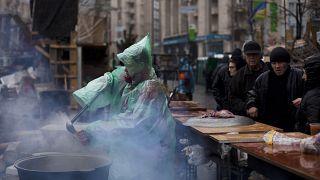 امراة توزع طعاما في ساحة الاستقلال وسط كييف. 2014/03/16