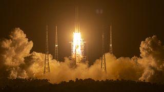 Rakete bringt Chang'e-5 ins All.