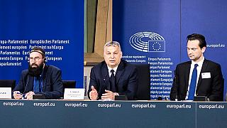 Szájer József, Orbán Viktor és Havasi Bertalan a Fidesz néppárti tagságának felfüggesztése utáni sajtótájékoztatón Brüsszelben