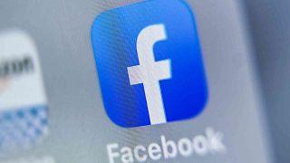 شعار موقع التواصل الاجتماعي الفيسبوك  معروض على جهاز لوحي في مدينة ليل الفرنسية، 28 أغسطس 2019