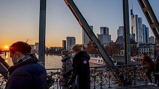 Menschen mit Masken in Frankfurt