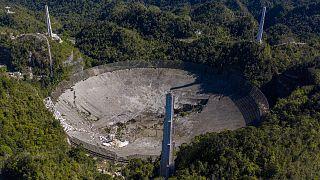 لحظه سقوط سازه معلق ۹۰۰ تنی روی دیش تلسکوپ رادیویی آرسیبو