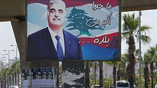 صورة لرئيس الوزراء اللبناني المغتال رفيق الحريري ، في أحد شوارع بلدته الجنوبية مدينة صيدا