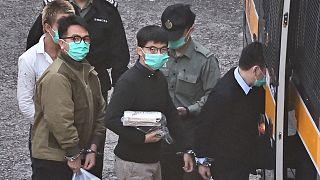 Les militants prodémocratie Joshua Wong, au centre,et Ivan Lam, à gauche, quittant la prison de Lai Chi Kok à Hong Kong spour se rendre au tribunal, le 2 décembre 2020