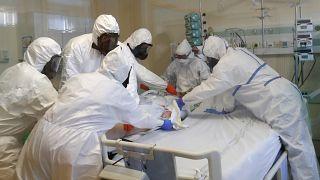 أطباء يعالجون مصابا بكوفيد-19