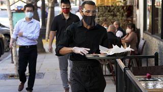 عامل في أحد مطاعم لوس أنجلس