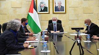 رئيس الوزراء الفسطيني وممثل الاتحاد الأوروبي إلى جانب رؤساء أربع مؤسسات مالية أوروبية