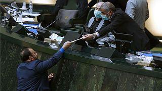 حسینعلی امیری، معاون پارلمانی رئیس جمهوری ایران متن لایحه بودجه کل کشور سال ۱۴۰۰ را به علی نیکزاد، نایب رئیس مجلس ایران تقدیم کرد