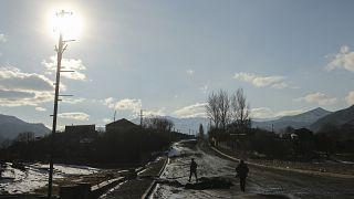 Азербайджанский военный на пустой дороге в Кельбаджарском районе