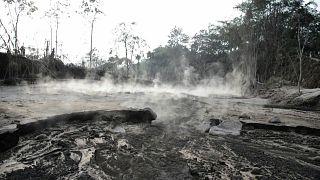 الجزيرة الإندونيسية مغطاة برماد البركان الثائر
