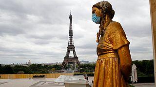 Eyfel Kulesi önündeki ünlü Trocadero Meydanı'nda bir heykele Covid-19 salgını sebebiyle maske takıldı. AP Arşiv