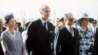 والری ژیسکار دستن و محمدرضا پهلوی به همراه همسرانشان در فرودگاه مهرآباد تهران، اکتبر ۱۹۷۶