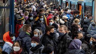 أناس ينتظرون القطار في فرنكفورت ـ ألمانيا. 2020/12/02