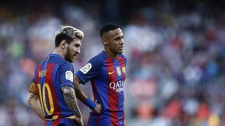 نيمار (على اليمين) وميسي يقفان وسط الميدان وهما يلعبان في صفوف نادي برشلونة خلال مباراة أمام ديبورتيفوكورونا في برشلونة. 2016/10/15