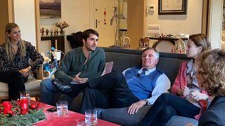 Familia española hablando sobre los regalos de este año