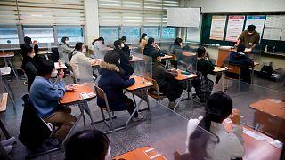 Güney Kore'de öğrenciler önlerinde plastik bariyerlerle üniversite sınavına girdi
