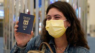 مسافرة إسرائيلية تصل إلى دبي من تل أبيب على متن خطوط إماراتية. 2020/11/26
