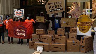 شاهد: متظاهرون يحتجون أمام منزل الرئيس التنفيذي لشركة أمازون في مانهاتن