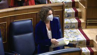 La ministra de Hacienda y portavoz del Gobierno, María Jesús Montero, recibe una ovación tras la aprobación de los Prespuestos en el Congreso