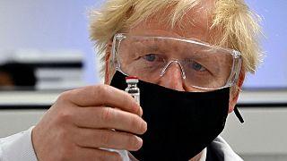Il premier britannico Boris Johnson posa con una fiala del vaccino anti Covid