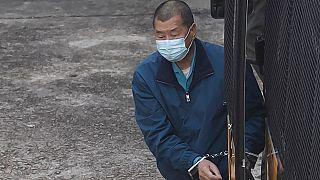 Jimmy Lai viene scortato in prigione da agenti dei Servizi Correzionali, Hong Kong