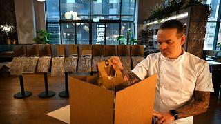 Simon Wood prepara una consegna a domicilio, nel suo ristorante di Manchester