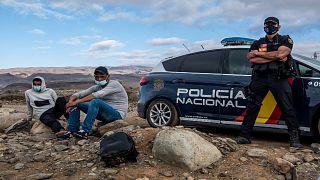 الشرطة الإسبانية تحتجز مهاجرين بعد وصولهم إلى ساحل جزر الكناري ، 16 أكتوبر / تشرين الأول 2020.