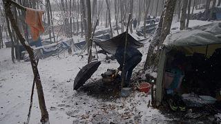 نخستین برف زمستانی پناهجویان را در غرب بوسنی زمینگیر کرد