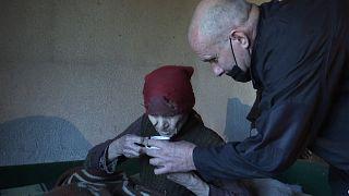Arnavut Fadil Rama, pandemide 92 yaşındaki Sırp Blagica Dicic ile ilgileniyor