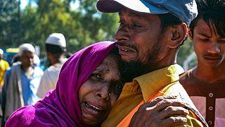 Una rifugiata Rohingya piange fuori da un'area di transito, dove sono temporaneamente ospitati a Ukhiya, Bangladesh