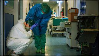 تأثر الطاقم الطبي ضحايا الفيروس